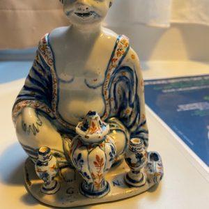 Sitzender Buddha in Fayence